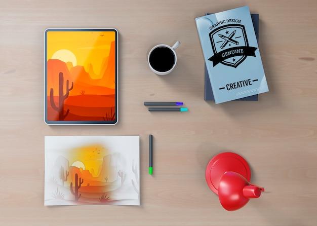 Mock-up desk mit künstlerischer zeichnung