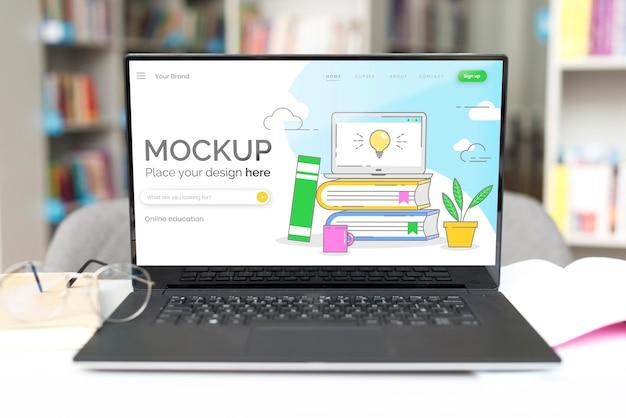 Mock-up laptop auf tisch in der bibliothek
