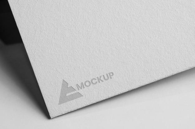 Mock-up logo design geschäft auf weißem papier