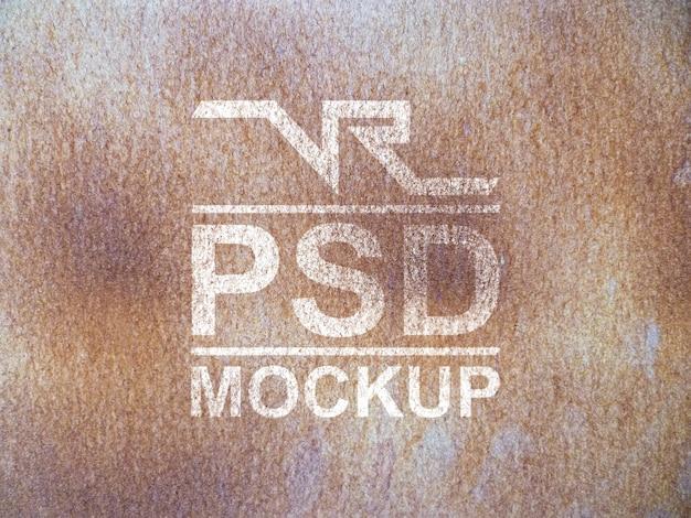 Mock-up-logo in rostigem metall getragen