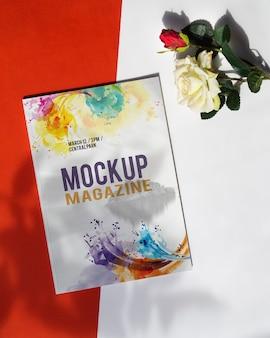 Mock up magazin neben einer rose