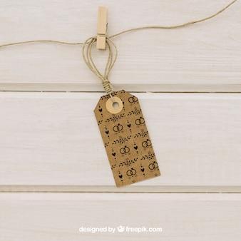 Mock up mit etikett hängen an einer schnur