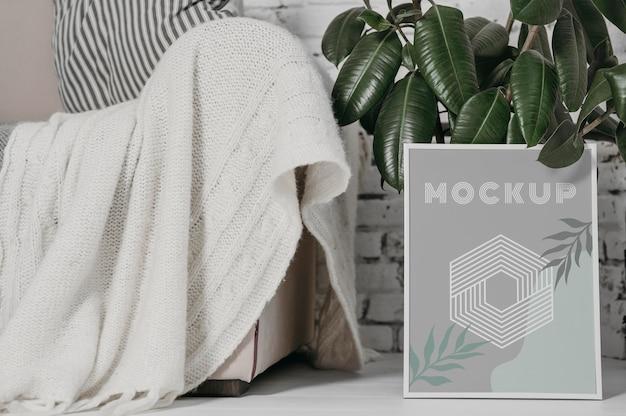 Mock-up-rahmen neben der pflanze