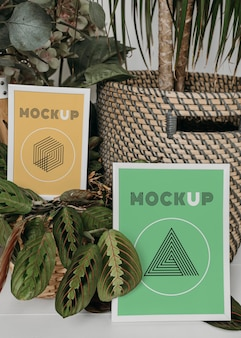 Mock-up-rahmen neben pflanzen