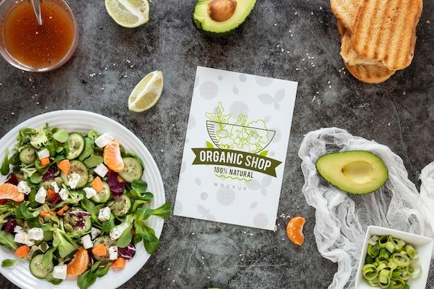 Mock-up-salat zum mittagessen bei der arbeit