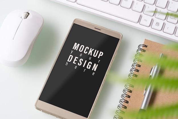 Mock-up-smartphone. draufsicht der schreibtischtabelle mit diagrammdiagramm.