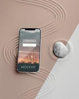 Mock-up-smartphone in sandkomposition