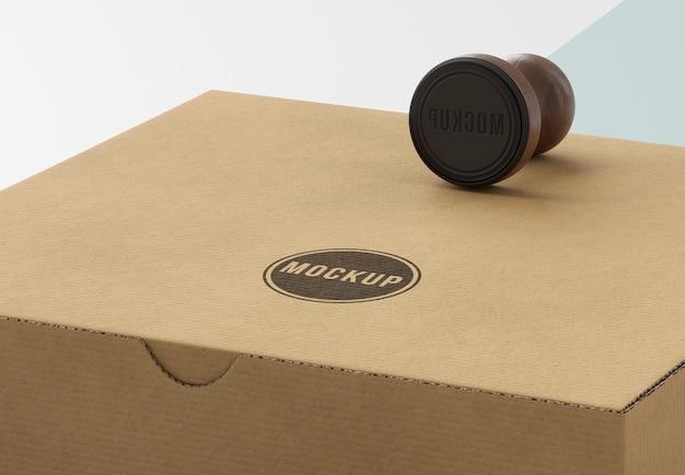 Mock-up-sortiment einer mit briefmarken beschrifteten box