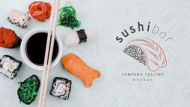 Mock-up-sushi-rollen mit sojasauce