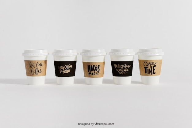 Mock-up von fünf kaffeetassen