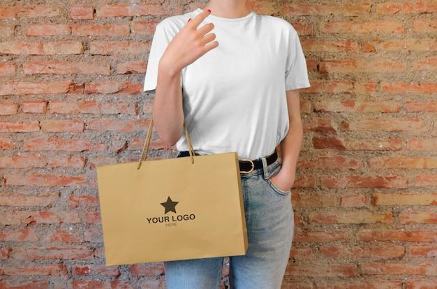 Mockup-einkaufstasche von einem mädchen halten
