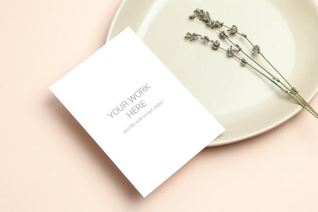Mockup einladungskarte mit lavendel