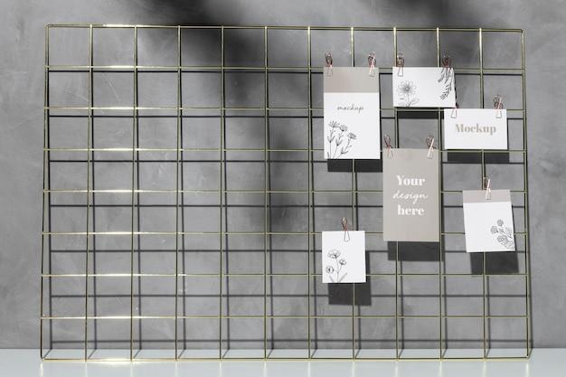 Mockup-karten hängen an gitter-memo-tafel