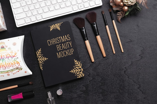 Mockup schwarzes umschlagbuch für schönheitsweihnachts-neujahrskonzept.