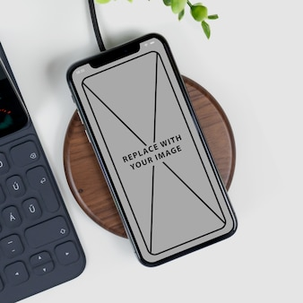 Mockup-telefon auf dem schreibtisch
