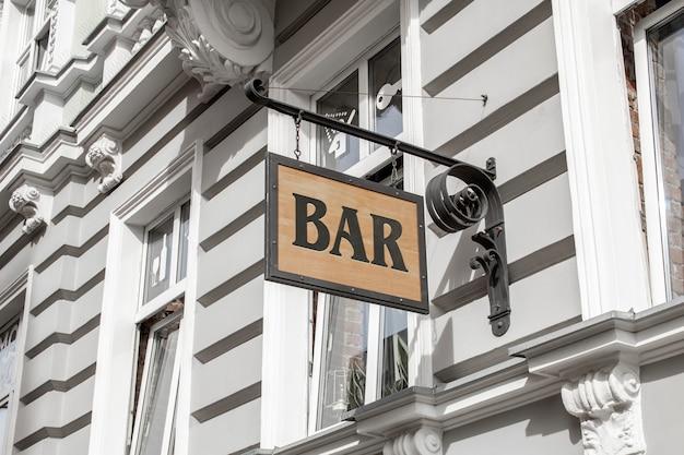 Mockup von outdoor street urban holz 3d logo retro-zeichen hängen an der wand