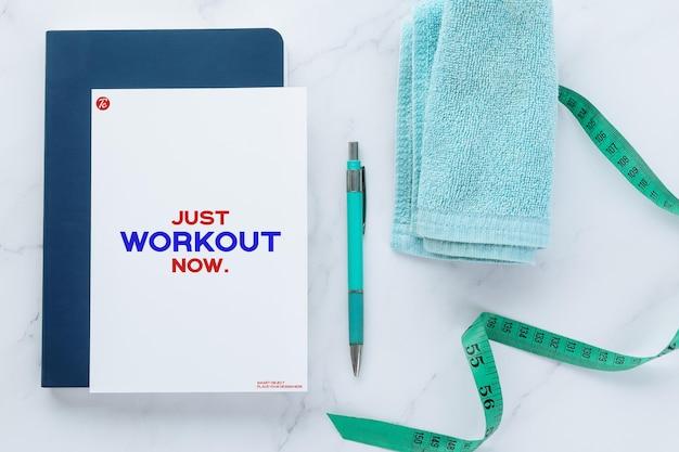 Mockup-vorlage für flyer-papiernotizen und fitnessgeräte