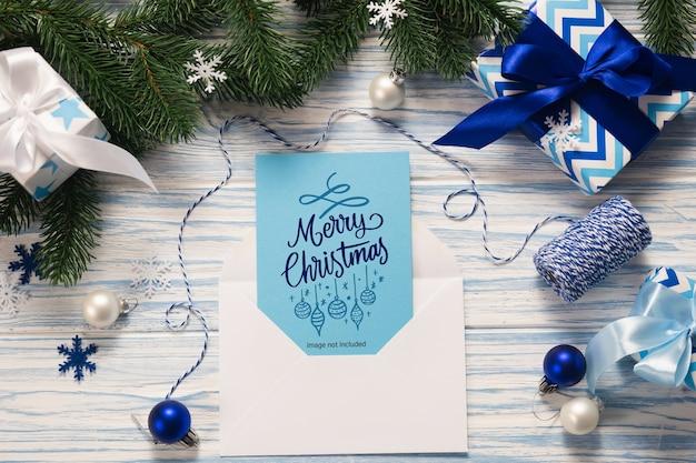Mockup weihnachtsgrußkarte und geschenke