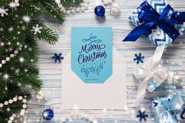 Mockup weihnachtsgrußkartenmodell und geschenke