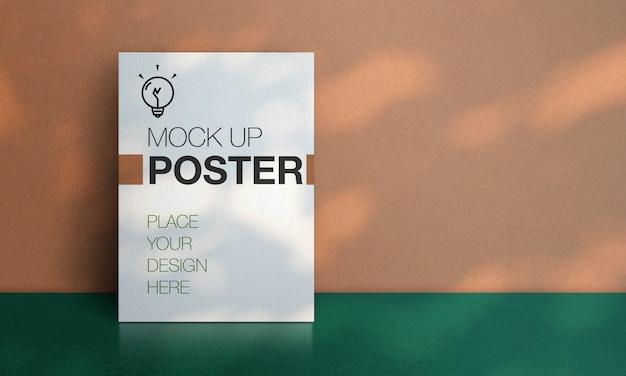 Mockup weißes plakat mit sonnenlicht führen schatten mit pfirsichwand und dunkelgrünem bodenhintergrund
