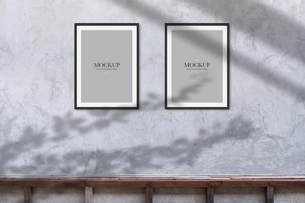 Mockup zwei leere fotorahmen auf betonwand