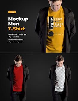 Mockups man t-shirts in einem schwarzen kapuzenmantel