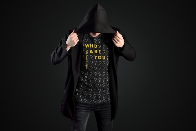 Mockups man t-shirts in einem schwarzen mantel