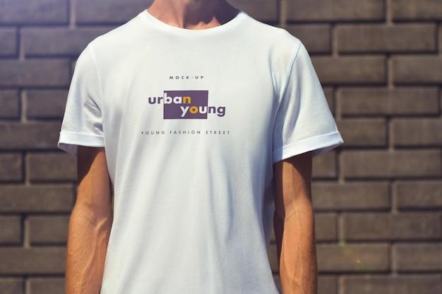 Mockups t-shirts auf dem mann