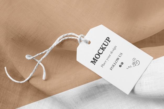 Modell des bekleidungsetiketts auf braunem, weichem stoff
