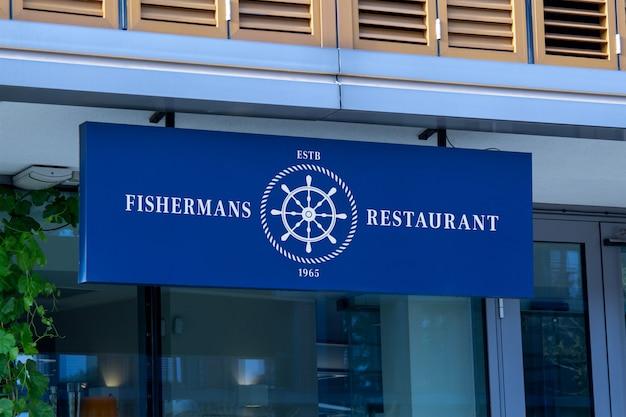 Modell des blauen horizontalen hängenden zeichens am schaufenster- oder restauranteingang oder an der fassade