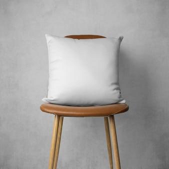 Modell des kissens auf einem stuhl