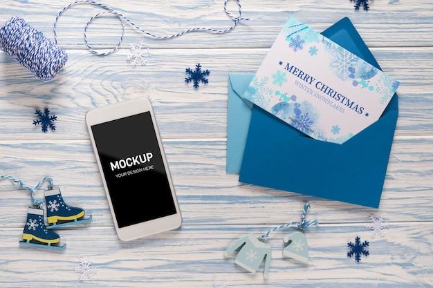 Modell des leeren bildschirm-smartphones und des leeren vorlagenbriefs