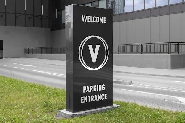 Modell des schwarzen vertikalen werbungsfahnenstand-anschlagtafelzeichens am parkhauseinkaufszentreningang