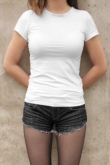 Modell des weiblichen vorbildlichen t-shirts der straßenstadt sommerszene in der im freien