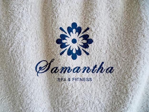Modell für spa-logo auf handtuch textur