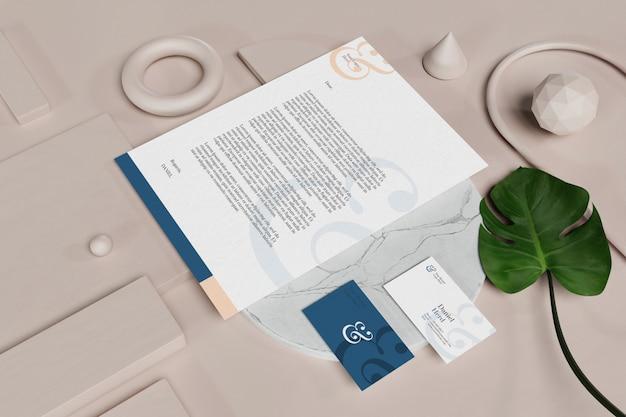Modell für visitenkarte mit dokument und briefpapier