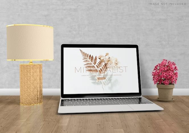 Modell-laptop, der auf dem modernen innenraum des wohnzimmers steht