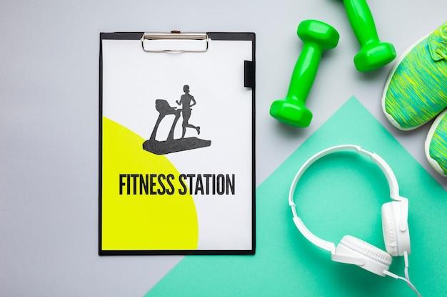 Modell mit fitnessgeräten und kopfhörern