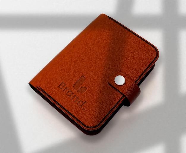 Modell mit geprägtem logo auf einer realistischen lederbrieftasche
