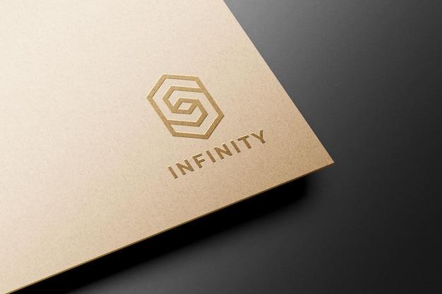 Modell mit geprägtem logo auf kraftpapier