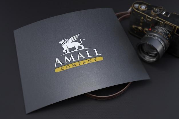 Modell mit geprägtem logo auf strukturiertem schwarzem papier