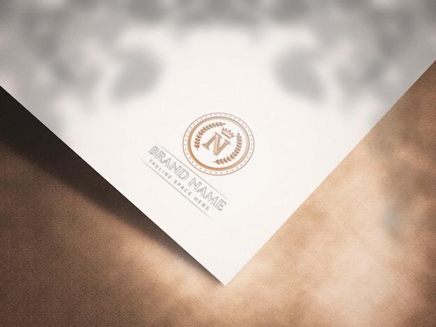 Modell mit geprägtem logo auf weißem papier