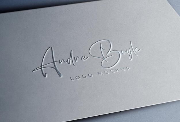 Modell mit geprägtem silbernem logo