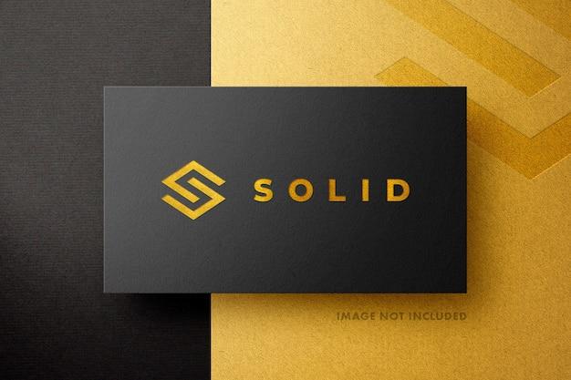 Modell mit goldenem und schwarzem logo