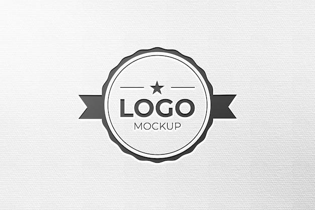 Modell mit graviertem schwarzem logo m