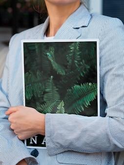 Modell mit naturzeitschriftkonzept