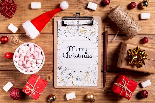 Modell mit weihnachtsgeschenken und klemmbrett