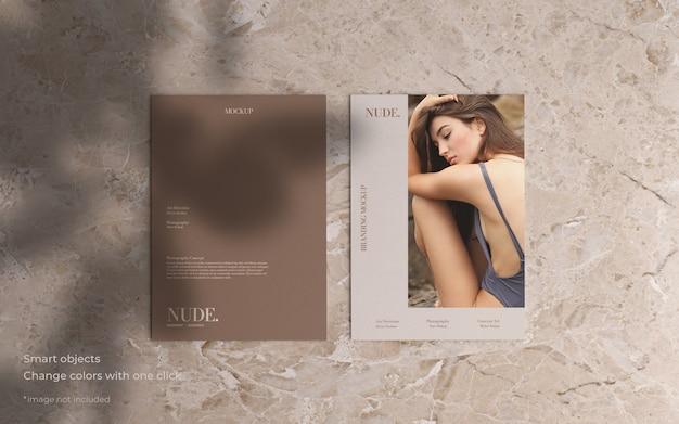 Modell mit zwei broschüren im minimalistischen stil