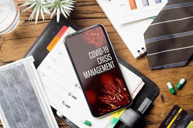 Modell smartphone für covid-19 crisis management hintergrundkonzept.