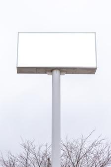 Modellbild der weißen schirmposter der leeren anschlagtafel mit weißem wolkenhimmel für die werbung